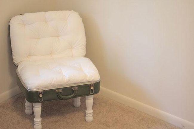 Mala antiga em uma cadeira novinha